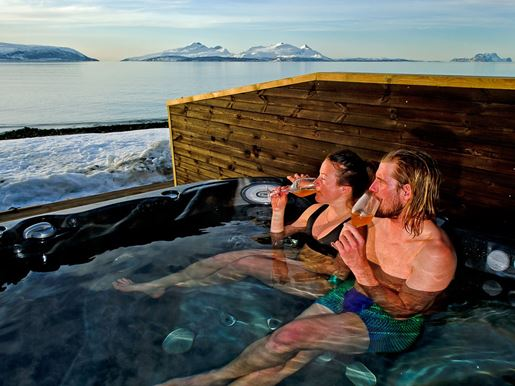 Lyngen Experience Hot tub.jpg